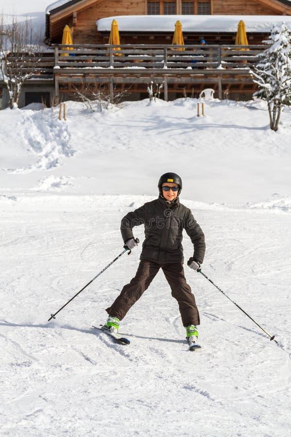 Narciarstwo chłopiec w Szwajcaria obraz royalty free