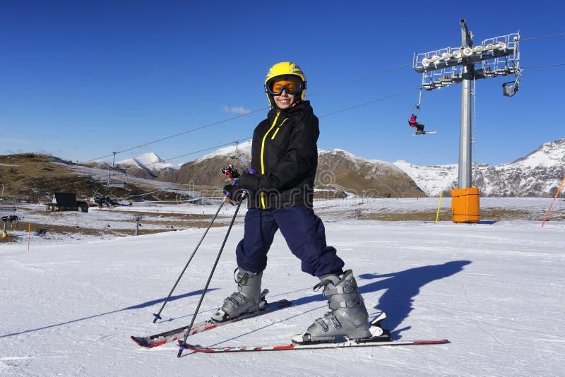 Narciarstwo chłopiec z maską narciarską i hełmem obrazy royalty free