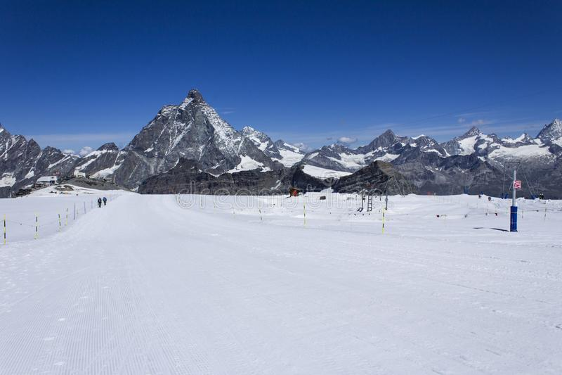 Narciarstwo naprzeciw Matterhorn fotografia royalty free