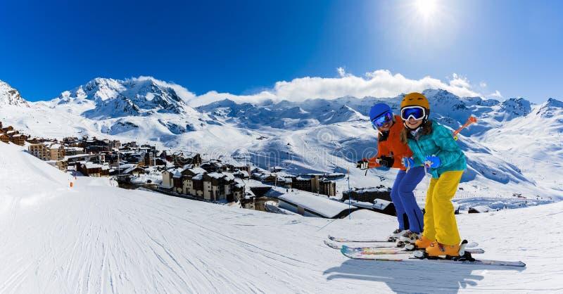 Narciarstwo w sezonie zimowym, gory i sprzęt narciarski na szczycie w słoneczny dzień we Francji, Alpy nad chmurami zdjęcie stock