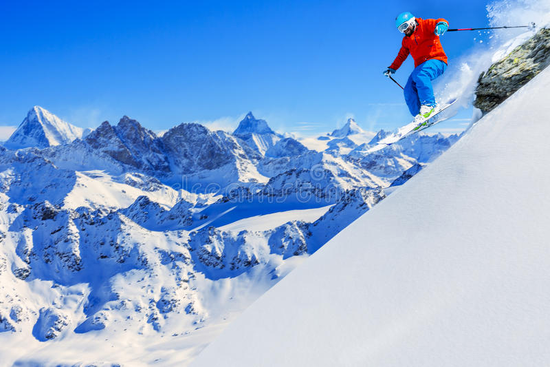 Narciarstwo z zadziwiającym widokiem szwajcarscy sławni moutains w pięknym w obraz royalty free