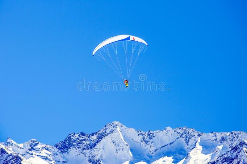Narciarz i paralotniarz w Alpach fotografia royalty free