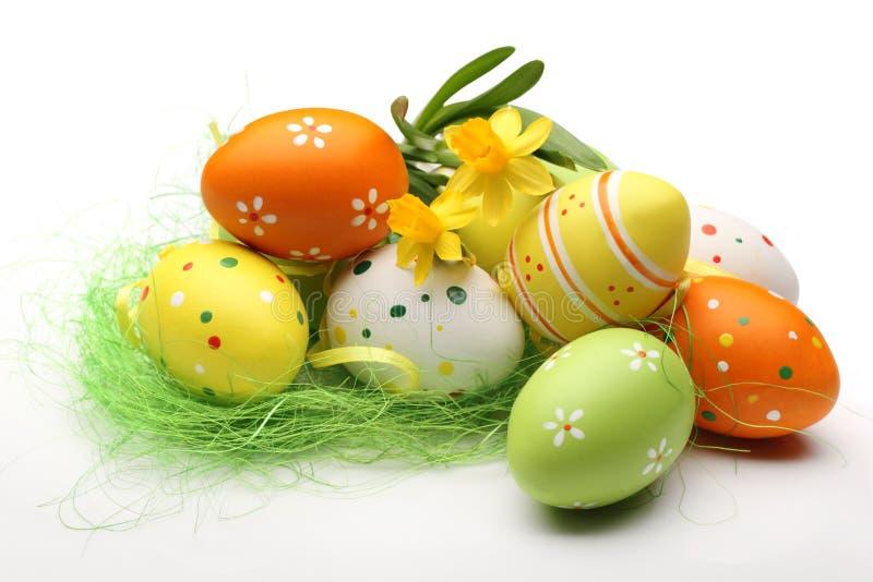 Narcisi ed uova di Pasqua fotografia stock