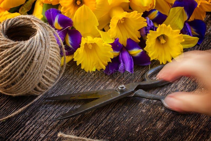 Narcisos amarelos e irise da Páscoa imagens de stock