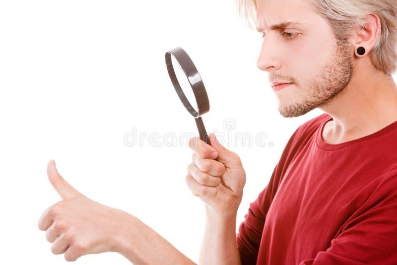 Narcistische knappe jonge mens stock foto