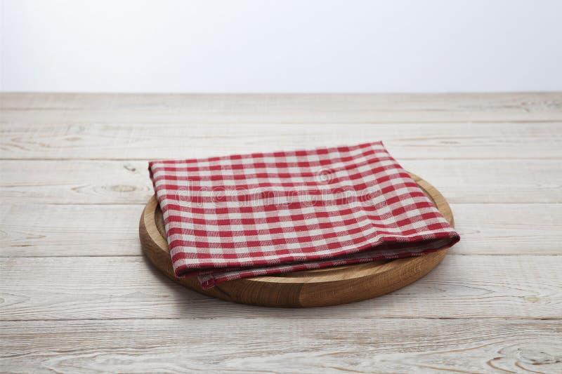narcotize Pila di asciugamani di piatto variopinti sulla vista superiore del fondo di legno bianco della tavola immagine stock