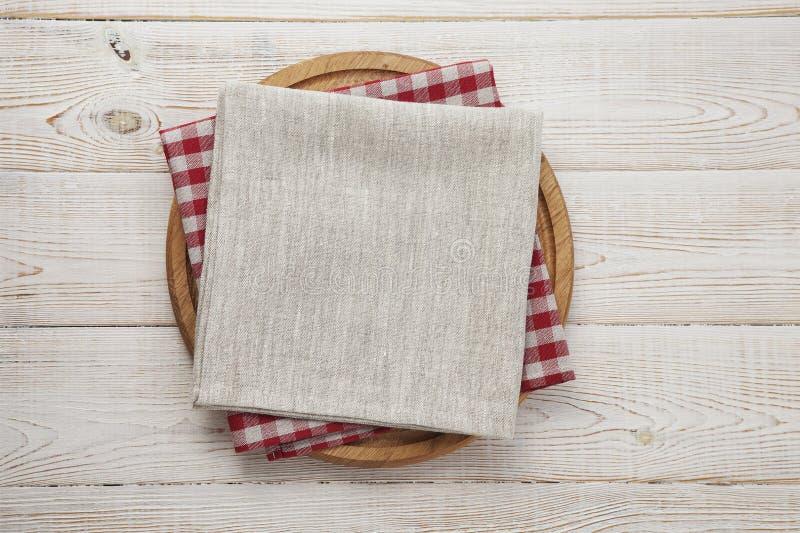 narcotize Stapel bunte Geschirrtücher auf Draufsicht des weißen Holztischhintergrundes lizenzfreies stockbild