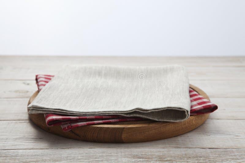 narcotize Stapel bunte Geschirrtücher auf Draufsicht des weißen Holztischhintergrundes lizenzfreies stockfoto