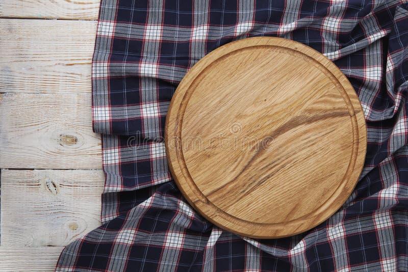 narcotize Stapel bunte Geschirrtücher auf Draufsicht des weißen Holztischhintergrundes stockbilder