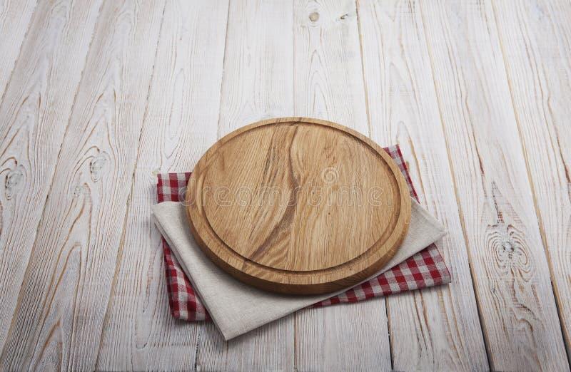 narcotize Stapel bunte Geschirrtücher auf Draufsicht des weißen Holztischhintergrundes lizenzfreie stockbilder