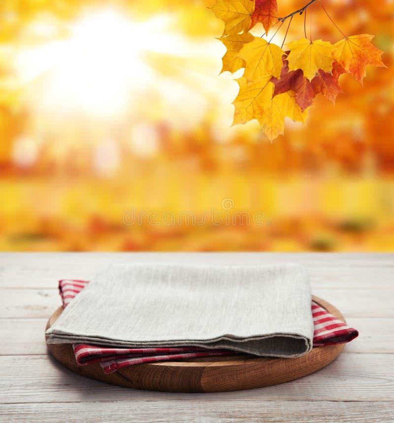 narcotize Stapel bunte Geschirrtücher auf Holztisch und Herbsthintergrund Draufsichtspott oben lizenzfreie stockfotografie