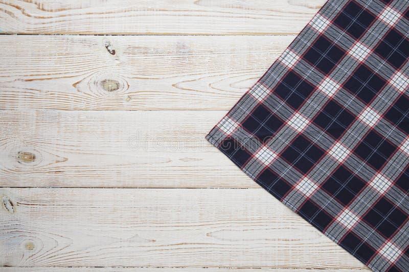 narcotize Tartan della tovaglia, a quadretti, asciugamani di piatto su derisione di legno bianca di vista superiore del fondo del immagini stock libere da diritti