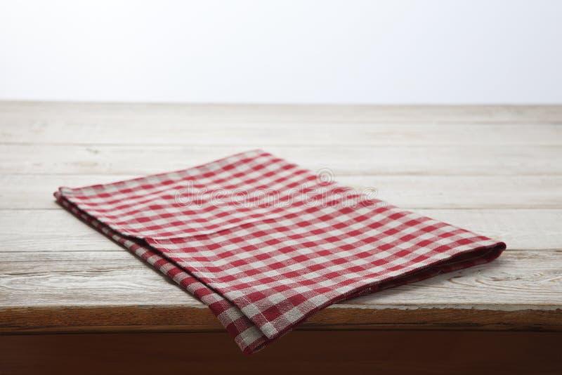 narcotize Tartan della tovaglia, a quadretti, asciugamani di piatto sulla vista superiore del fondo di legno bianco della tavola, immagine stock libera da diritti