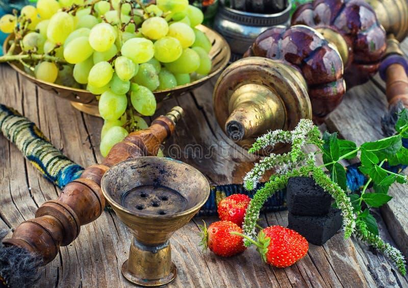 Download Nargile Na Drewnianym Stole Zdjęcie Stock - Obraz złożonej z turkish, tytoń: 57670444
