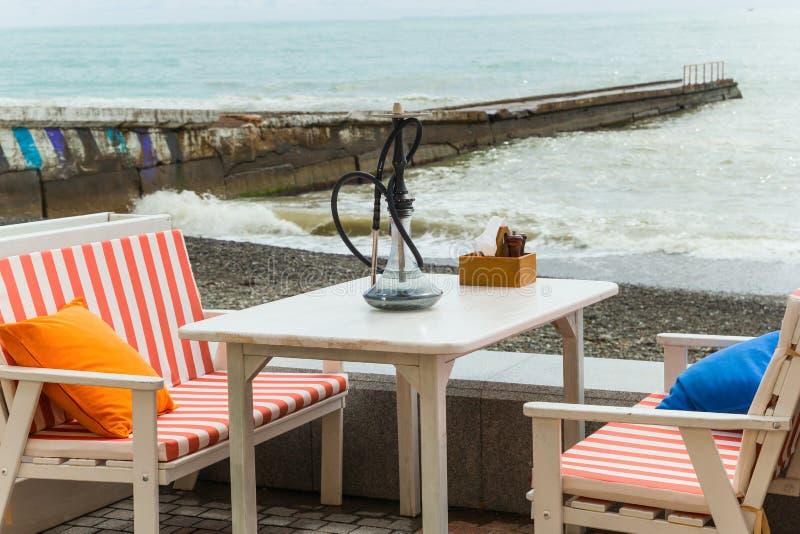 Nargile na stole plażowy sklep z kawą zdjęcia royalty free