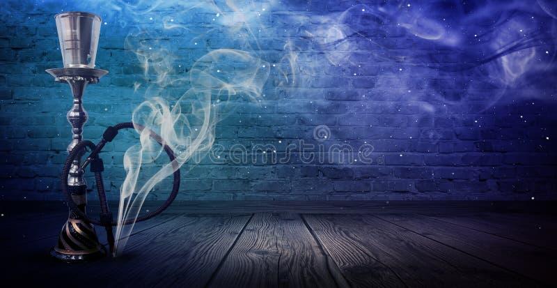Nargile na tle stary, ulicznym, ściana z cegieł, neonowy światło, dym, świecenie, promienie fotografia royalty free