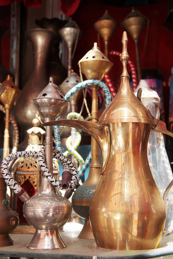 Narguilé, théières et d'autres métaux ouvrés au souk images libres de droits