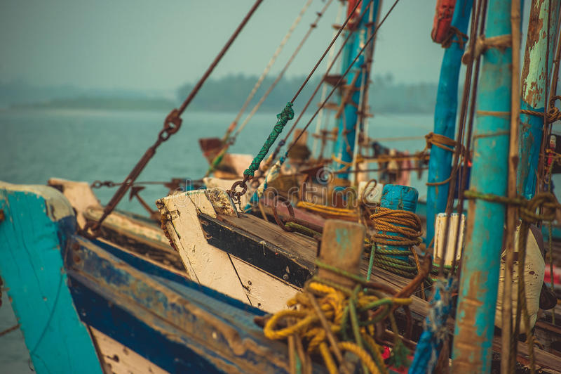 Narices de los barcos de pesca que se colocan en el muelle en el fondo AR fotografía de archivo
