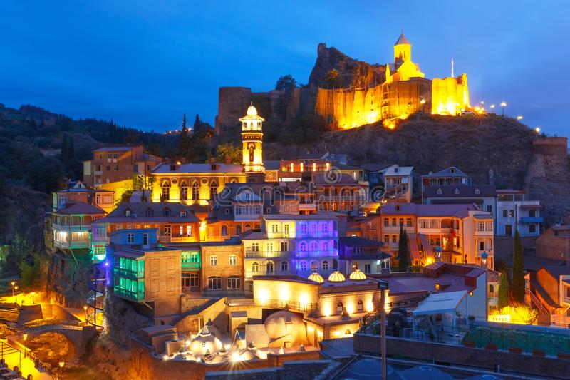 Narikala en Abanotubani bij nacht, Tbilisi, Georgië royalty-vrije stock fotografie