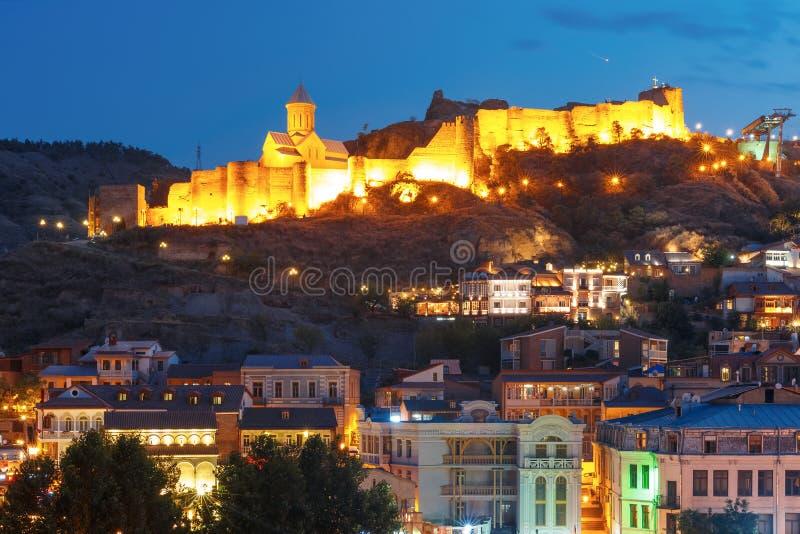 Narikala forntida fästning på natten, Tbilisi, Georgia royaltyfria foton