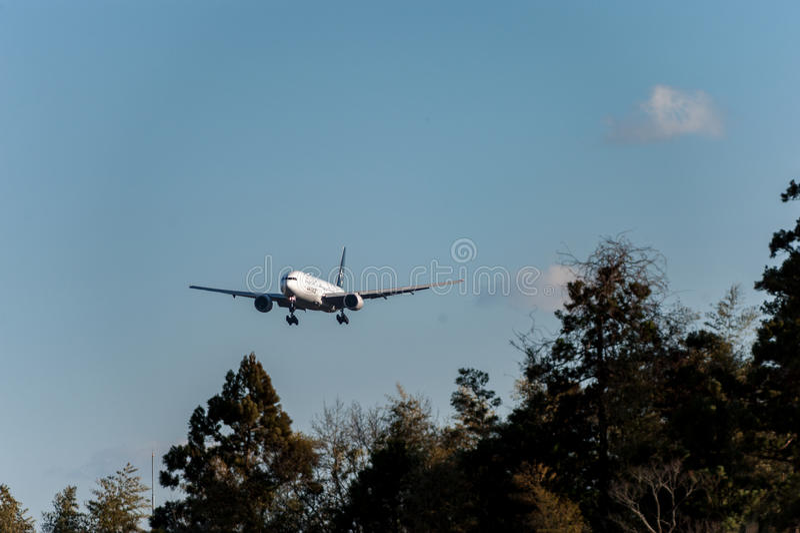 NARITA - ΙΑΠΩΝΙΑ, ΣΤΙΣ 25 ΙΑΝΟΥΑΡΊΟΥ 2017: N794UA Boeing 777 στολή συμμαχίας αστεριών των United Airlines που προσγειώνεται στο δ στοκ φωτογραφία με δικαίωμα ελεύθερης χρήσης