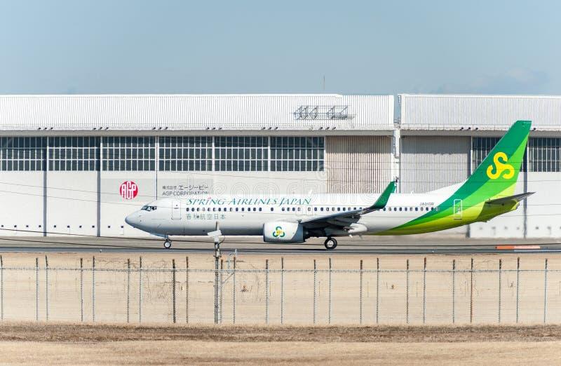 NARITA - ЯПОНИЯ, 25-ОЕ ЯНВАРЯ 2017: JA01GR Боинг 737 Spring Airlines Япония готовая для того чтобы принять в международный авиапо стоковые фотографии rf