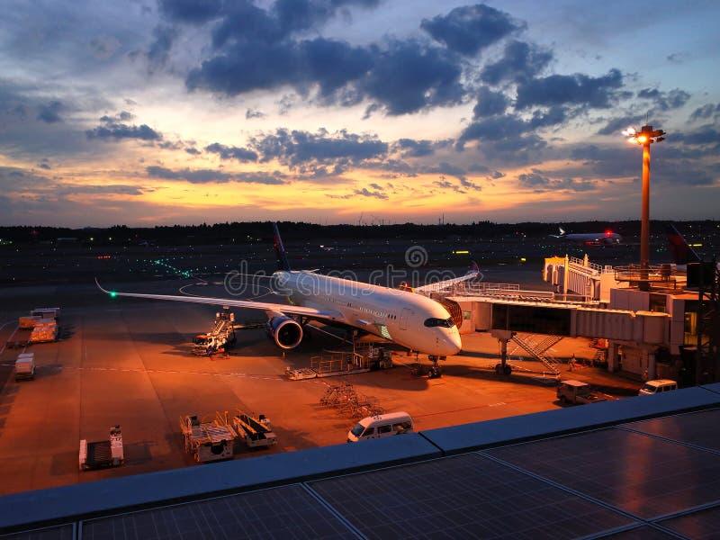 Narita aiport med flygplanet som är klart till starten arkivfoton