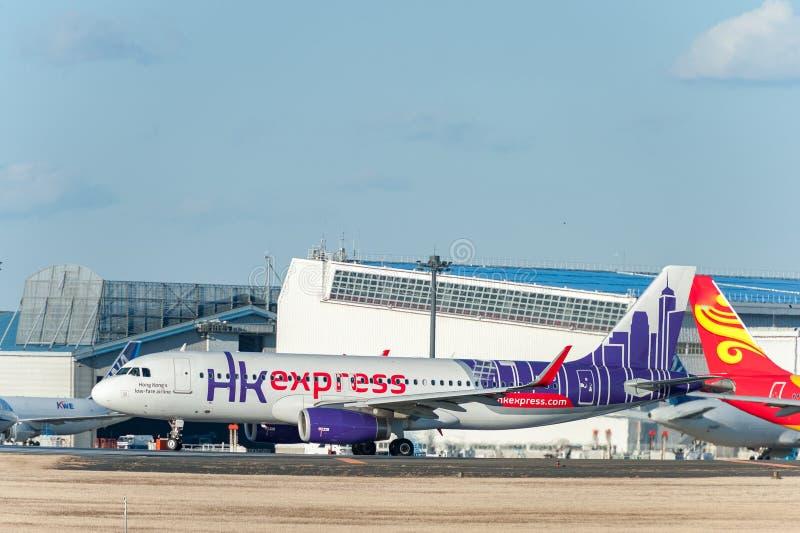 NARITA - IL GIAPPONE, IL 25 GENNAIO 2017: B-LCJ Airbus A320 HK Hong Kong Express nell'aeroporto internazionale di Narita, Giappon fotografie stock libere da diritti