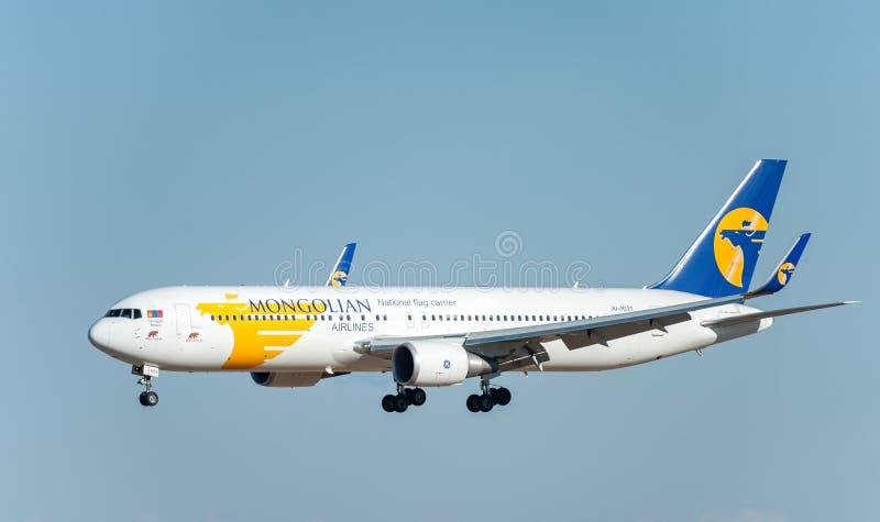 NARITA - JAPÃO, O 25 DE JANEIRO DE 2017: Aterrissagem de JU-1021 Boeing 767 MIAT Mongolian Airlines no aeroporto internacional de foto de stock