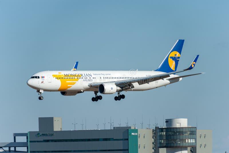 NARITA - JAPÃO, O 25 DE JANEIRO DE 2017: Aterrissagem de JU-1021 Boeing 767 MIAT Mongolian Airlines no aeroporto internacional de fotos de stock