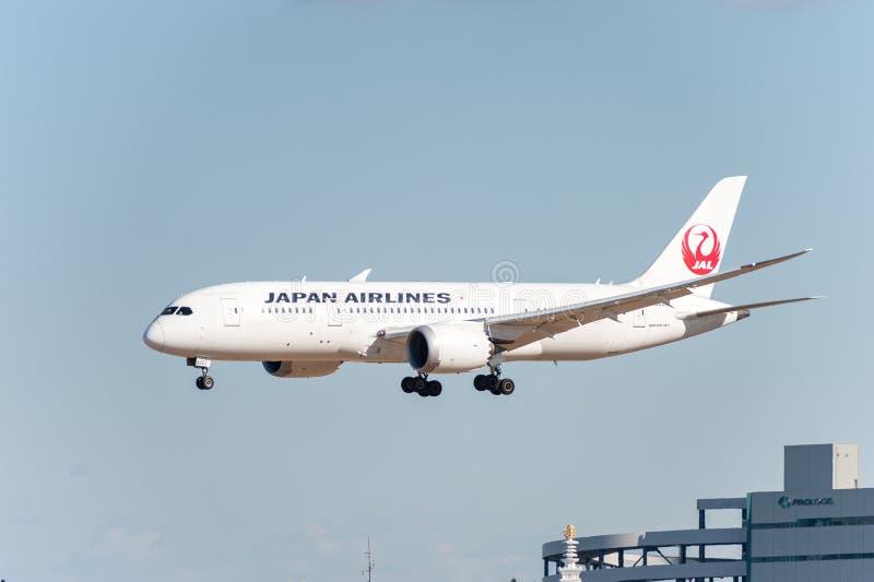 NARITA - JAPÓN, EL 25 DE ENERO DE 2017: JA822J Boeing 787 vías aéreas de Dreamliner Japan Airlines que aterrizan en el aeropuerto imágenes de archivo libres de regalías