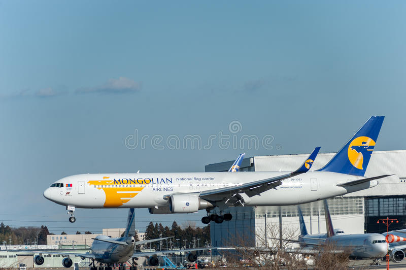 NARITA - JAPAN, JANUARI 25, 2017: Landning för JU-1021 Boeing 767 MIAT Mongolian Airlines i den internationella Narita flygplatse arkivfoto