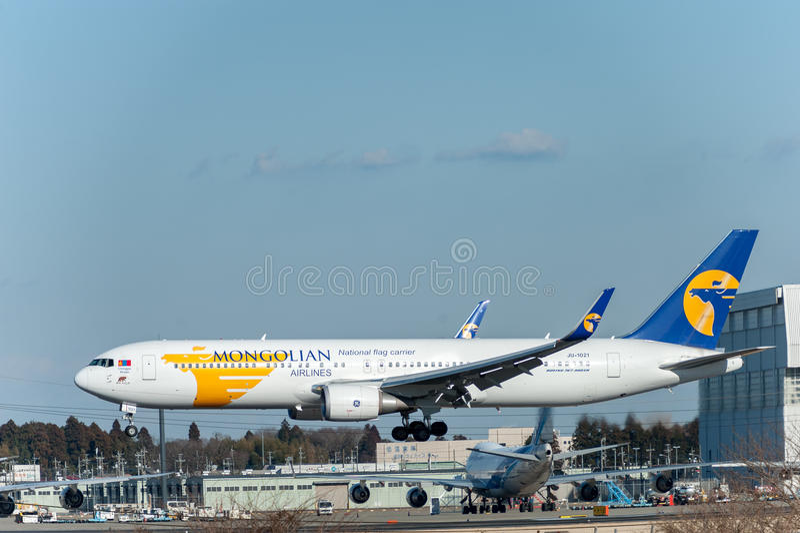 NARITA - JAPAN, JANUARI 25, 2017: Landning för JU-1021 Boeing 767 MIAT Mongolian Airlines i den internationella Narita flygplatse arkivbilder