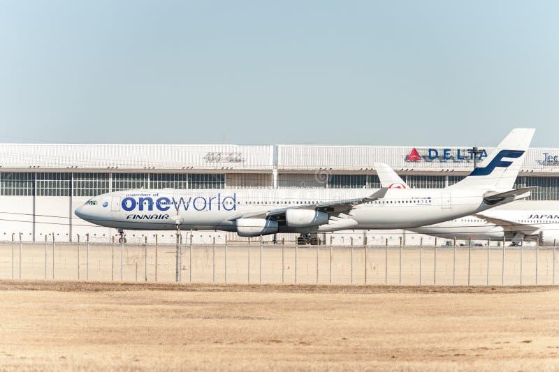 NARITA - JAPAN, JANUARI 25, 2017: Livré för OH--LQEflygbuss som A340 Finnair Oneworld är klar att ta av i den internationella Nar arkivfoto