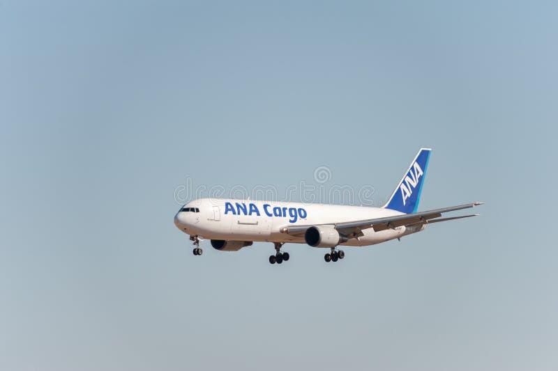 NARITA - LE JAPON, LE 25 JANVIER 2017 : Atterrissage de JA8286 Boeing 767 ANA Cargo All Nippon Airways dans l'aéroport internatio photos libres de droits