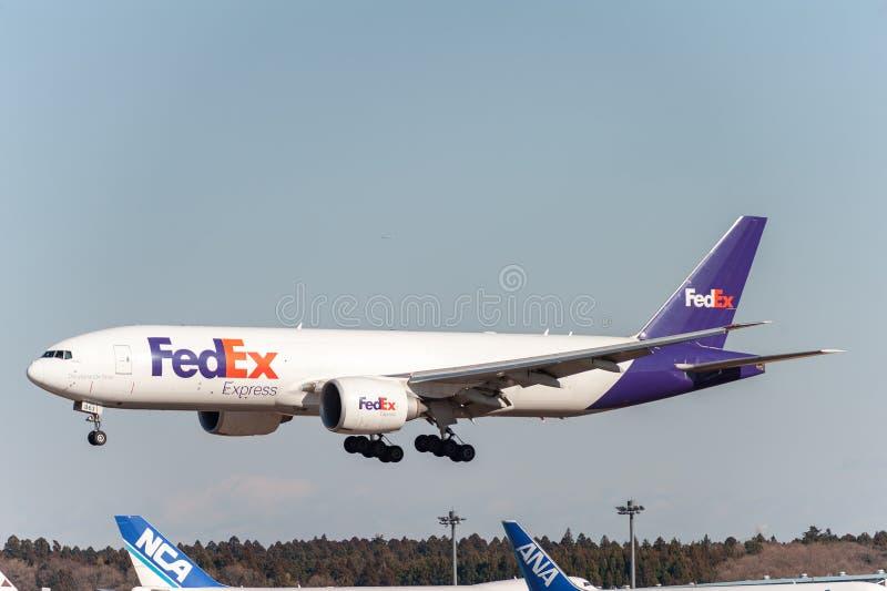 NARITA - LE JAPON, LE 25 JANVIER 2017 : Atterrissage de N863FD Boeing 777 Fedex dans l'aéroport international de Narita, Japon photos libres de droits