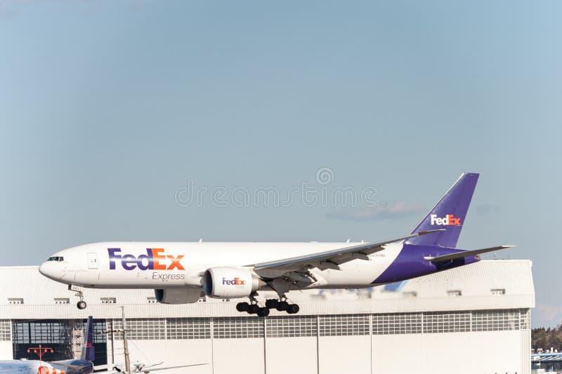 NARITA - LE JAPON, LE 25 JANVIER 2017 : Atterrissage de N863FD Boeing 777 Fedex dans l'aéroport international de Narita, Japon image stock
