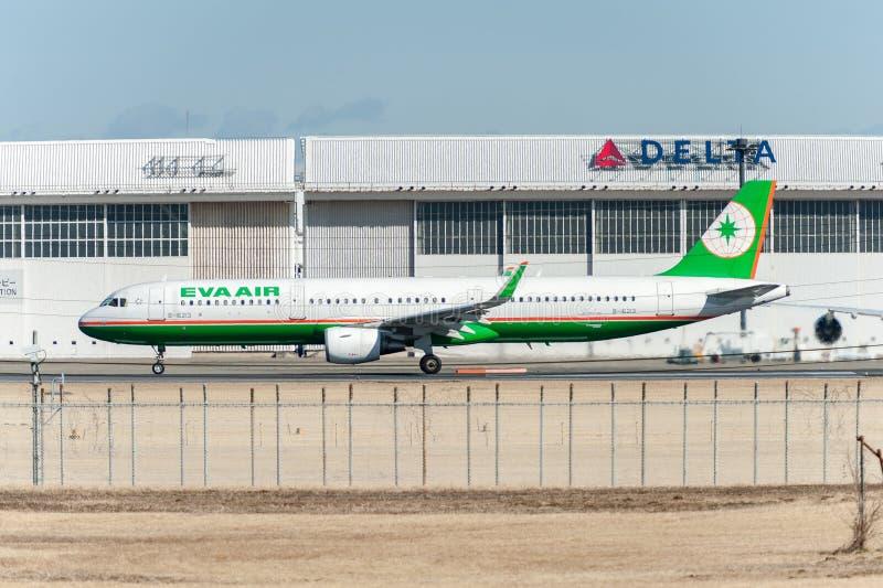 NARITA - LE JAPON, LE 25 JANVIER 2017 : B-16213 Airbus A321 EVA Air Ready à décoller dans l'aéroport international de Narita, Jap photographie stock