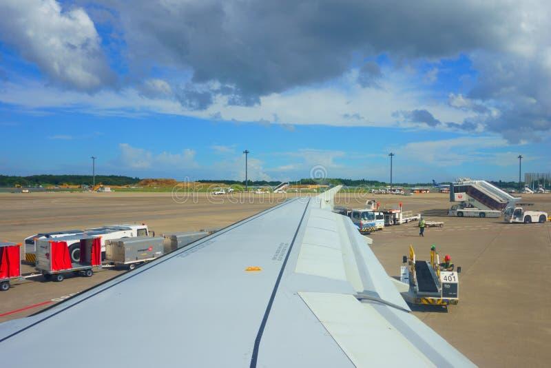 Narita van de vluchtaankomst Internationale NRT luchthaven Leegmakende bagage Het leegmaken van Bagage op Baan stock fotografie