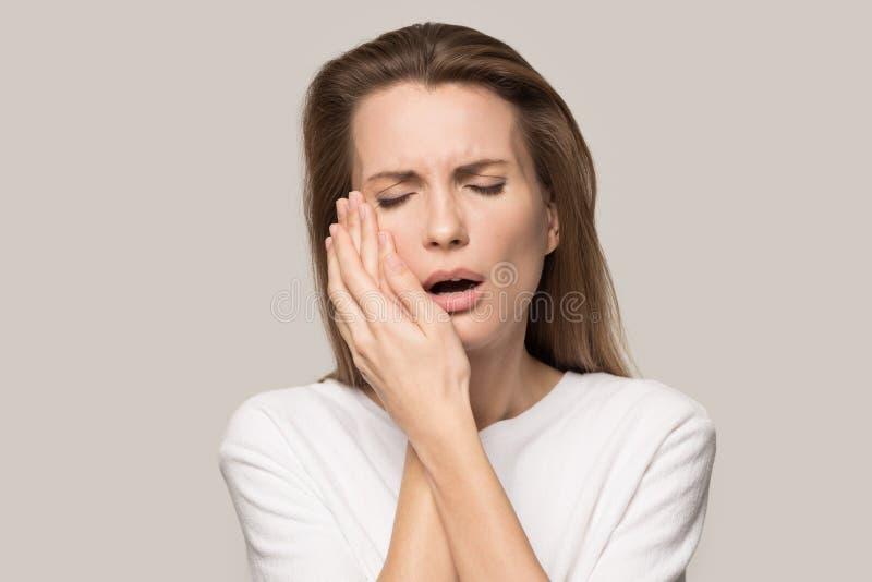 Nariz cercana de la mujer infeliz evitar el m?n olor desagradable fotografía de archivo libre de regalías