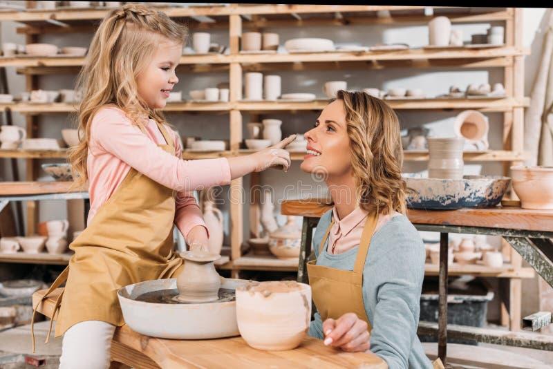 nariz conmovedora de la hija feliz adorable de la madre foto de archivo libre de regalías