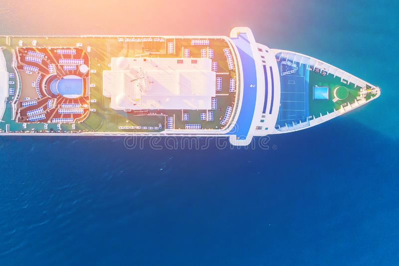 Nariz del trazador de líneas blanco de la travesía en fondo del agua azul del océano Viaje del concepto Silueta del hombre de neg fotos de archivo libres de regalías