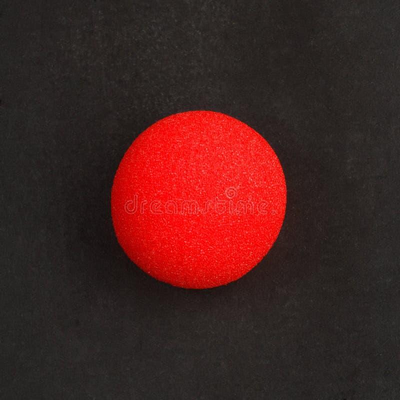Nariz roja del payaso encendido foto de archivo