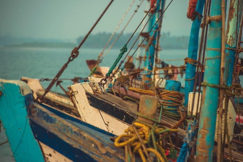 Narizes dos barcos de pesca que estão na doca no fundo AR fotografia de stock