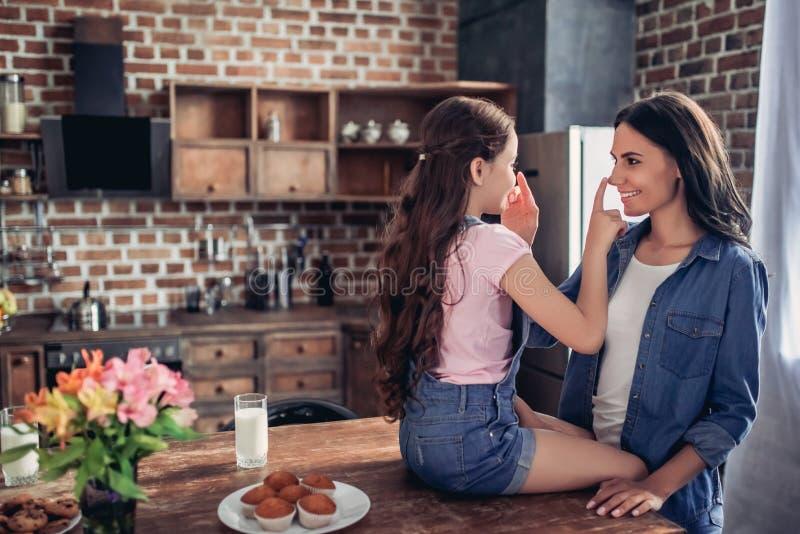 Narizes tocantes da mãe e da filha com dedos imagens de stock royalty free