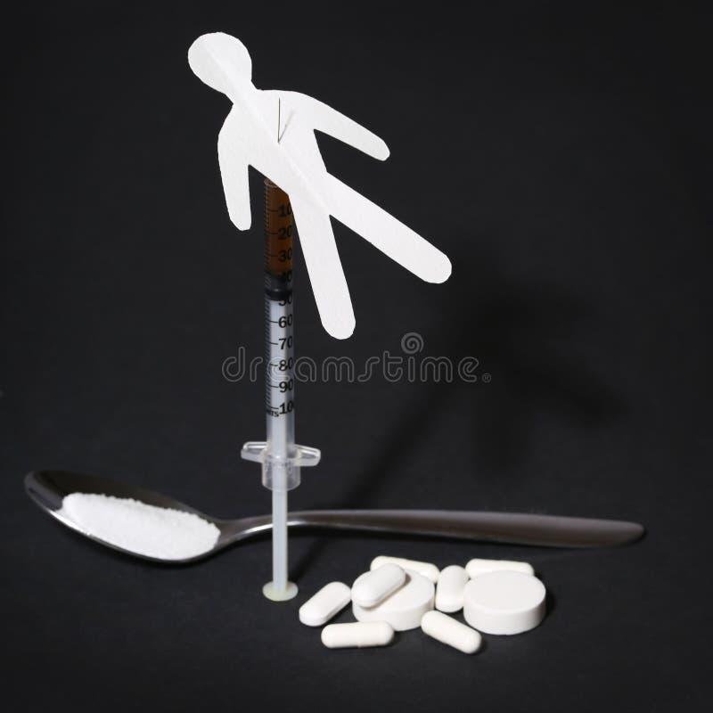Narkomanii pojęcie. Papierowy mężczyzna z strzykawką i pigułkami fotografia stock
