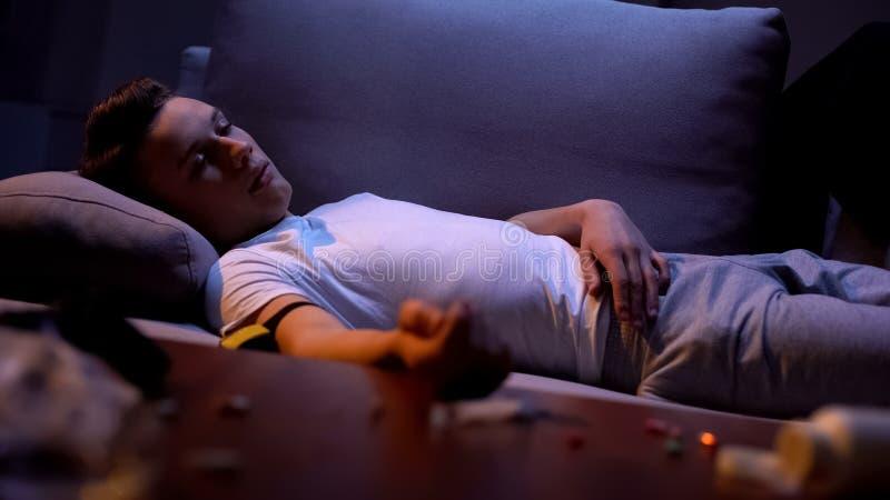 Narkotiska preparatet missbrukade tonårig känslig eufori efter dosinjektionen, fritids- droger royaltyfri bild