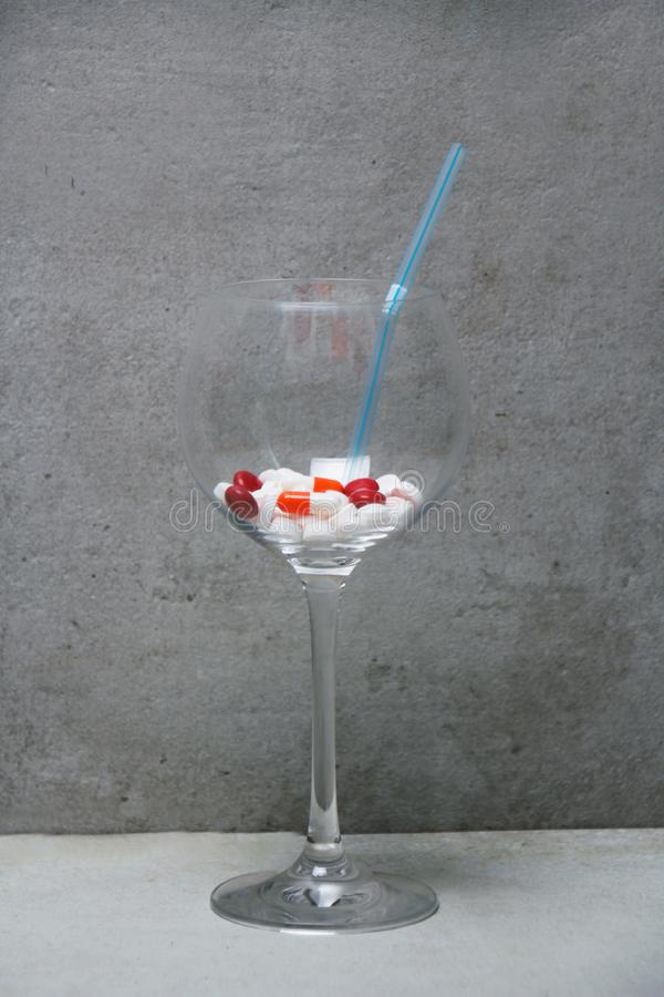 Narkotyzuje koktajl, A różne pastylki w szkle kombinacja zdjęcie stock