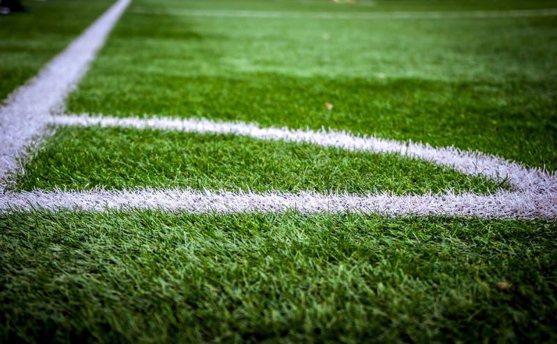 Narożnikowy boisko do piłki nożnej lub boiska piłkarskiego tekstury tło Białe linie na polu obraz stock