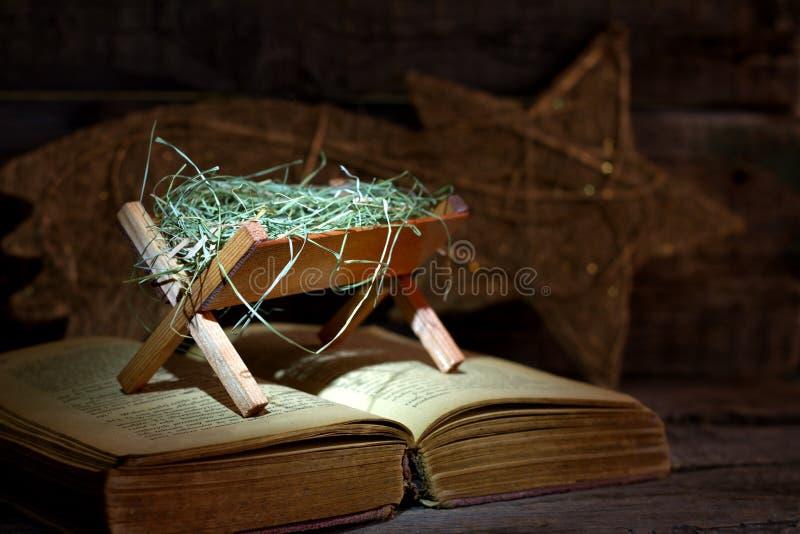 Narodziny Jezus z żłobem na biblii zdjęcie royalty free